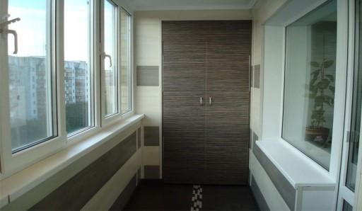 Отделка балкона стеновыми панелями - фото