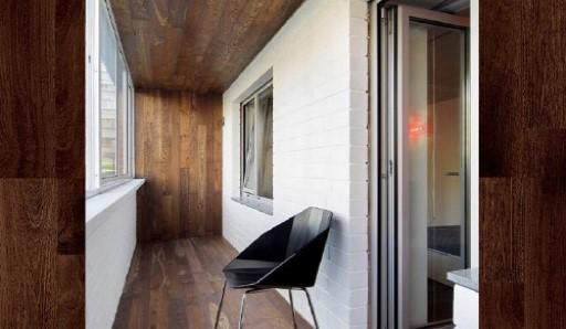 Обшивка балкона вагонкой из кедра - фото