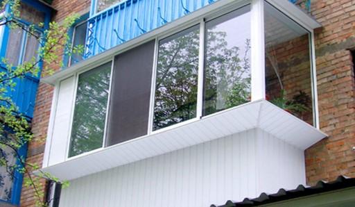 Отделка балкона ПВХ панелями - фото
