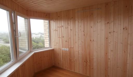 Обшивка балкона вагонкой из сосны - фото