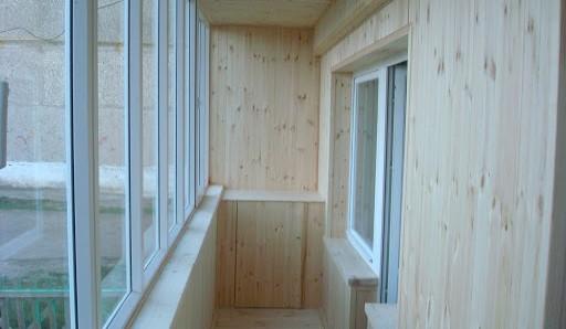 Обшивка балкона вагонкой из ели - фото