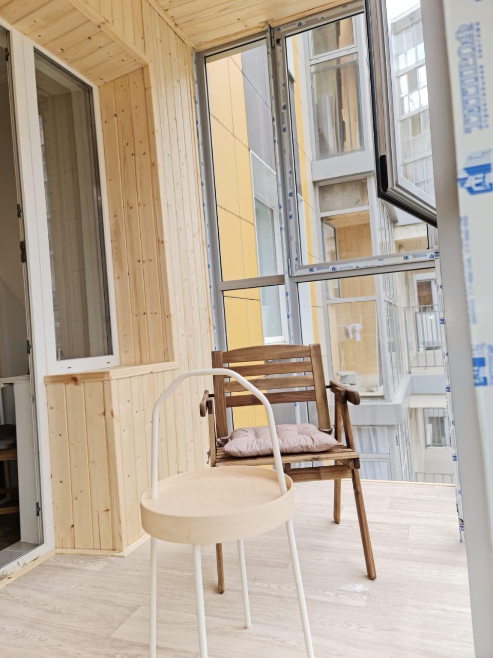 Отделка вагонкой и полное остекление балкона Тэцевская 4 - фото
