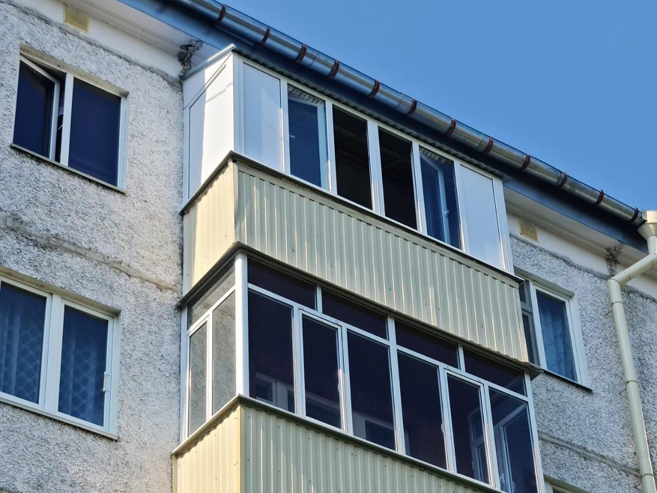 Установка пластиковых рам и сборка крыши балкона ул. Гарифьянова 34 - фото