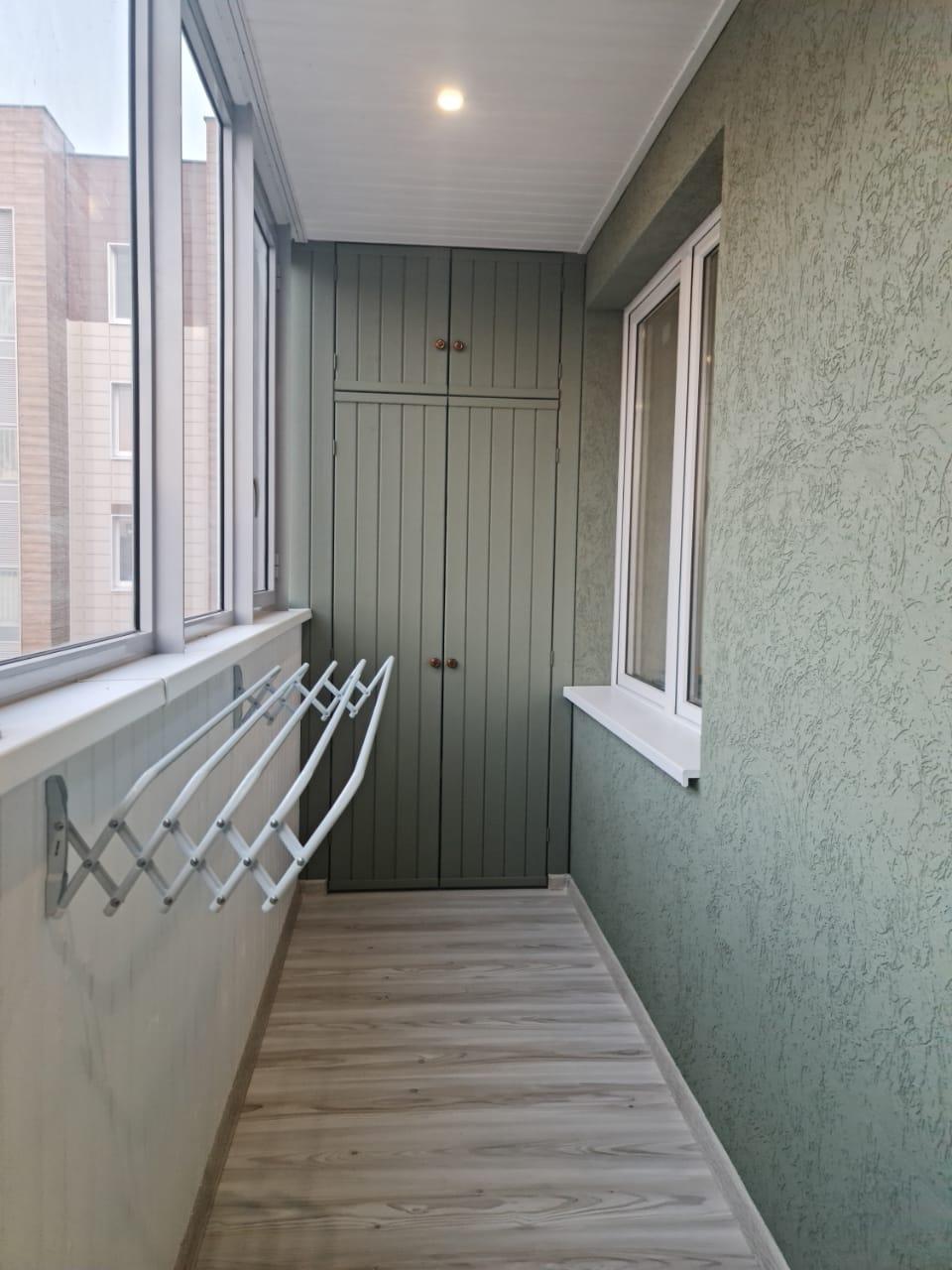 Внутренняя отделка балкона, установка шкафа и вешалки ул. Енисейская 4а - фото