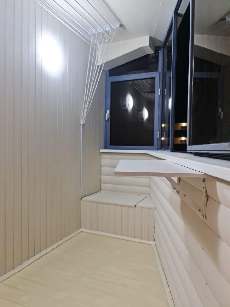 Установка шкафа, раздвижных окон, столика, вешалки и отделка балкона ул. Дружинная 3 - фото