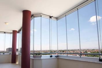Безрамное остекление балкона: плюсы и минусы - фото