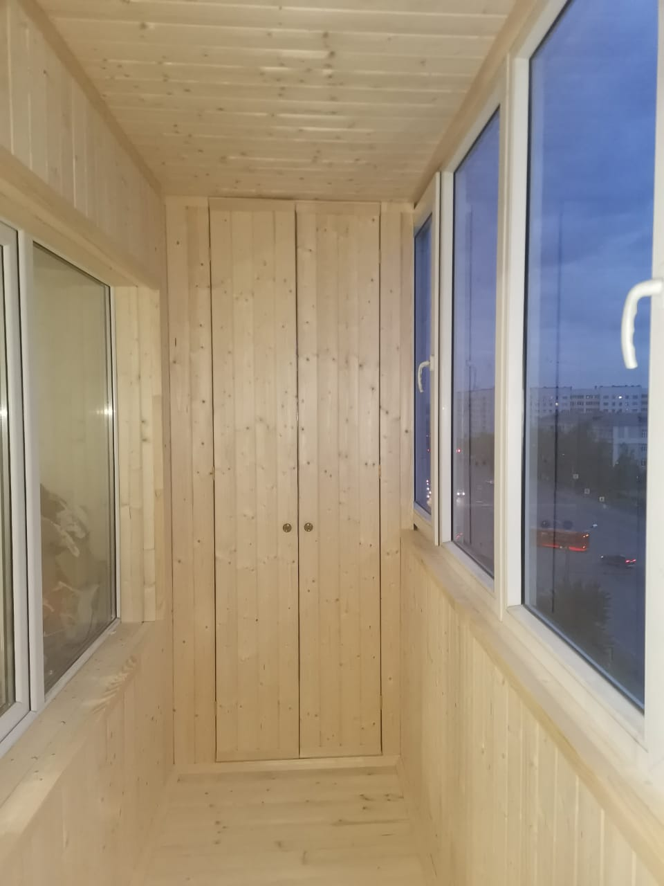 Обшивка вагонкой, установка шкафа для 6 метрового балкона - фото